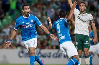 Cauteruccio celebra uno de sus goles contra Santos Laguna