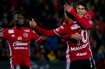 Los jugadores de Tijuana celebran un gol junto a Víctor Malcorra