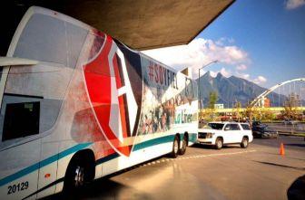 El autobús del Atlas se prepara para salir del hotel