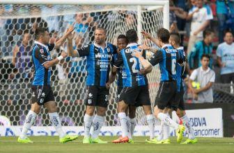 Yerson Candelo festeja con sus compañeros su gol contra Pachuca
