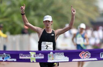 Evan Dunfee cruza la meta del Challenge de Monterrey