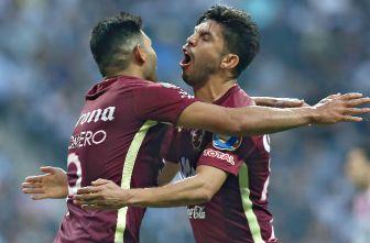 SIlvio Romero y Oribe Peralta se abrazan como festejo de gol