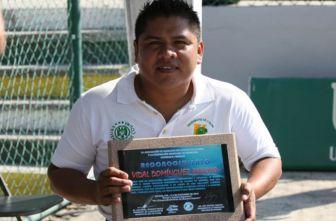 Vidal Domínguez Arroyo presume un reconocimiento