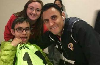 Keylor Navas regala su playera a un pequeño con discapacidad