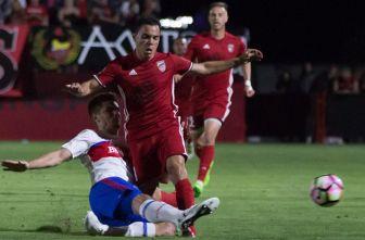 Bravo pelea el esférico contra el Toronto FC en su debut