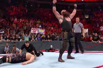 Braun Strowman festeja después de que el ring se destrozó