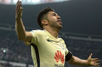 Oribe Peralta celebra un gol con el América