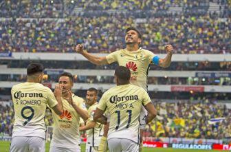 Oribe Peralta celebra un tanto de las Águilas en el estadio Azteca