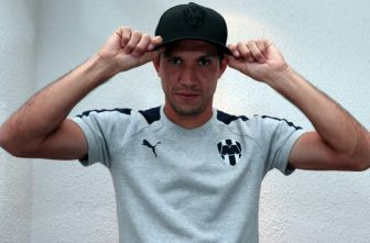Jesús Molina posa con la playera de Rayados para RÉCORD