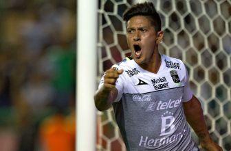 Germán Cano celebra uno de sus goles con León