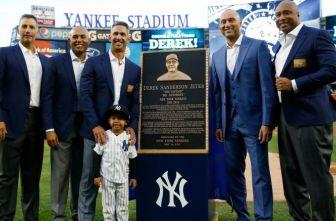 Jeter posa junto a la placa develada en su honor