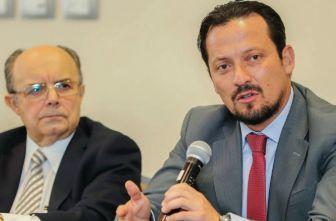 Plinio Escalante junto a Javier Salinas durante una conferencia de prensa