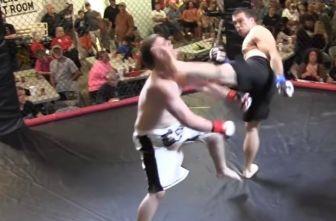 Momento en que Fowler le da la patada de KO a Goforth