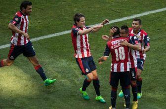 Jugadores de Chivas celebran con Calderón