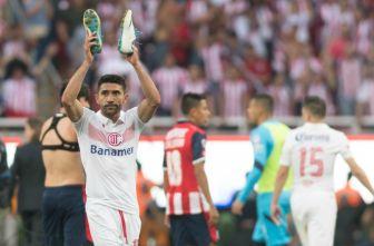 Sinha aplaude a su afición tras el silbatazo final en el duelo contra Chivas