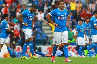 Julián Velázquez se lamenta después de una derrota con Cruz Azul