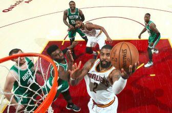 Irving intenta marcar entre la marca de los Celtics