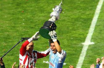 Oswaldo Sánchez junto a Adolfo Bautista levantan el trofeo de Campeones en 2006
