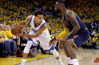 Curry intenta superar a James en un partido