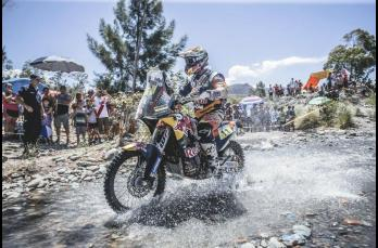 El español Jordi Viladoms cruza un río con su moto durante el rally de Dakar
