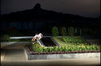 Dennis Durrant salta sobre una jardinera
