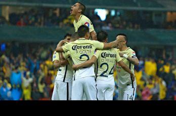 Jugadores de América se felicitan tras el primer gol