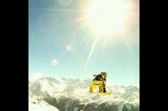 Liam Rivera saltando en su tabla sobre una montaña