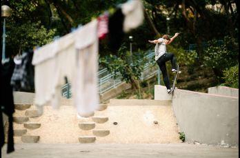 Un Frontside Bluntslide en un parque por parte de Yoshi Tanenbaum