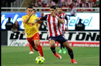 Pulido conduce el balón ante la marca rival