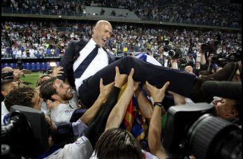Zinedine Zidane es cargado tras ganar el partido con el que se coronaron en la temporad 2016-17
