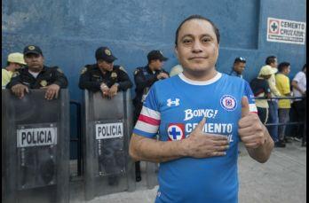 Aficionado de Cruz Azul que salió de los escombros del sismo asistió al estadio