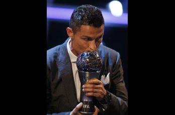 Cristiano Ronaldo es galardonado con el premio al mejor jugador