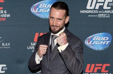 CM Punk posa como peleador de la UFC