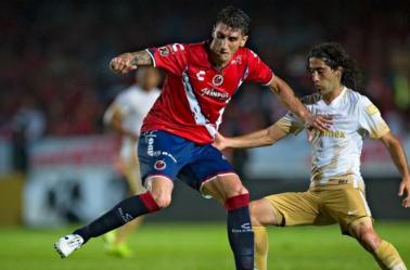 Gabriel Peñalba disputa la pelota con Matías Britos de los Pumas