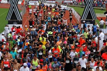 Corredores, cruzando la meta del Maratón de la CDMX en 2015