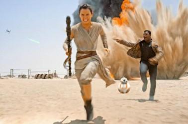 Rey corre con Finn hacia el Halcón Milenario