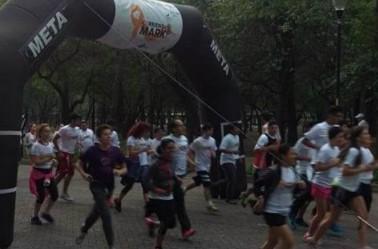 Competidores en el arranque de 'Corriendo por Mark'