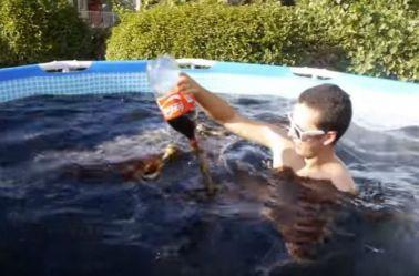 Un joven ucraniano se baña en una alberca llena de Coca-Cola