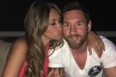 Messi y Antonella posan en una fotografía
