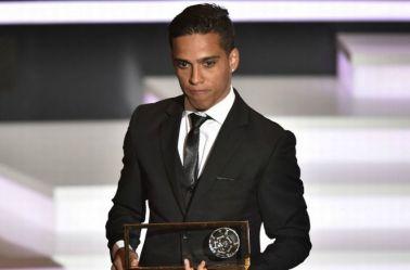Wendell Lira recibe el premio Puskas