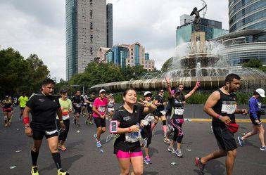Corredores pasan junto a la Diana Cazadora durante el Maratón del año pasado