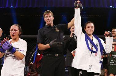 Alexa Grasso levanta la mano tras la victoria en Invicta