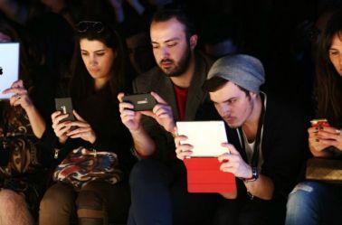 Jóvenes, al pendiente de sus smartphones