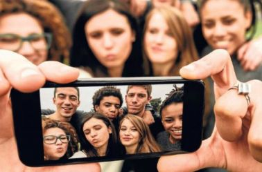 Grupo de millenials se toma una selfie con un smartphone