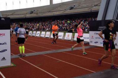 Participantes llegan a la meta en el Maratón 2016