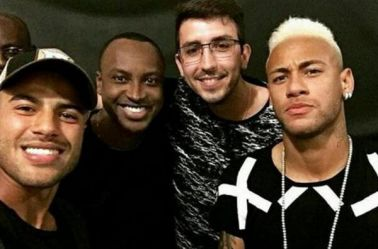 Neymar posa junto a varios amigos tras pintarse el cabello