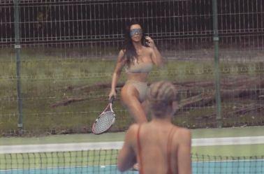 Kim Kardashian juega al tenis con sus amiga, en sexy traje de baño