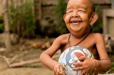 El pequeño Bayezid jugando con una pelota