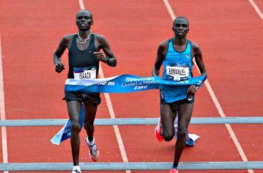 Kenianos cruzan meta del Maratón CDMX