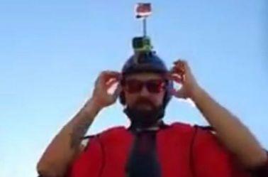 Armin Schmieder se prepara para un salto de BASE